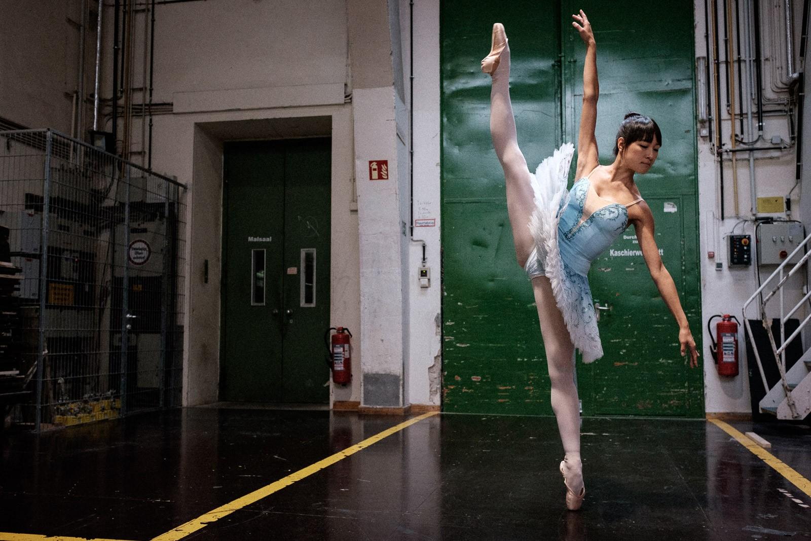 dramatic dance pose ballet dancer staatsballett