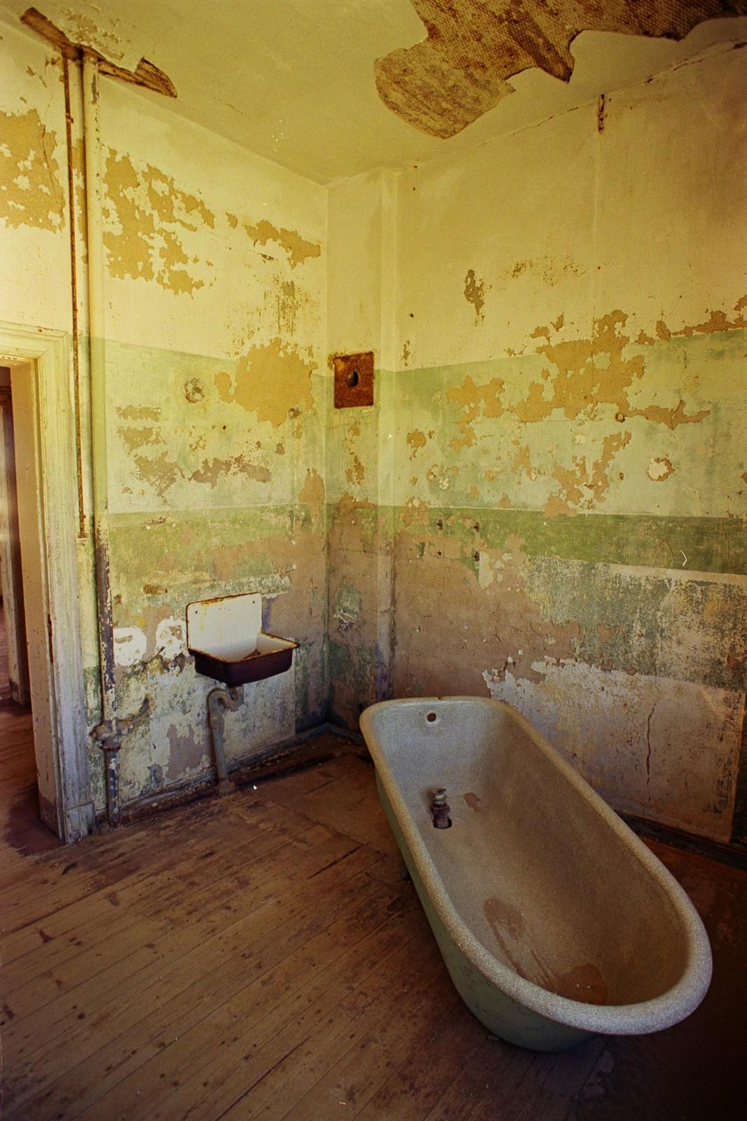 namibia desert ghost town diamond mine kolmanskop old bathtub