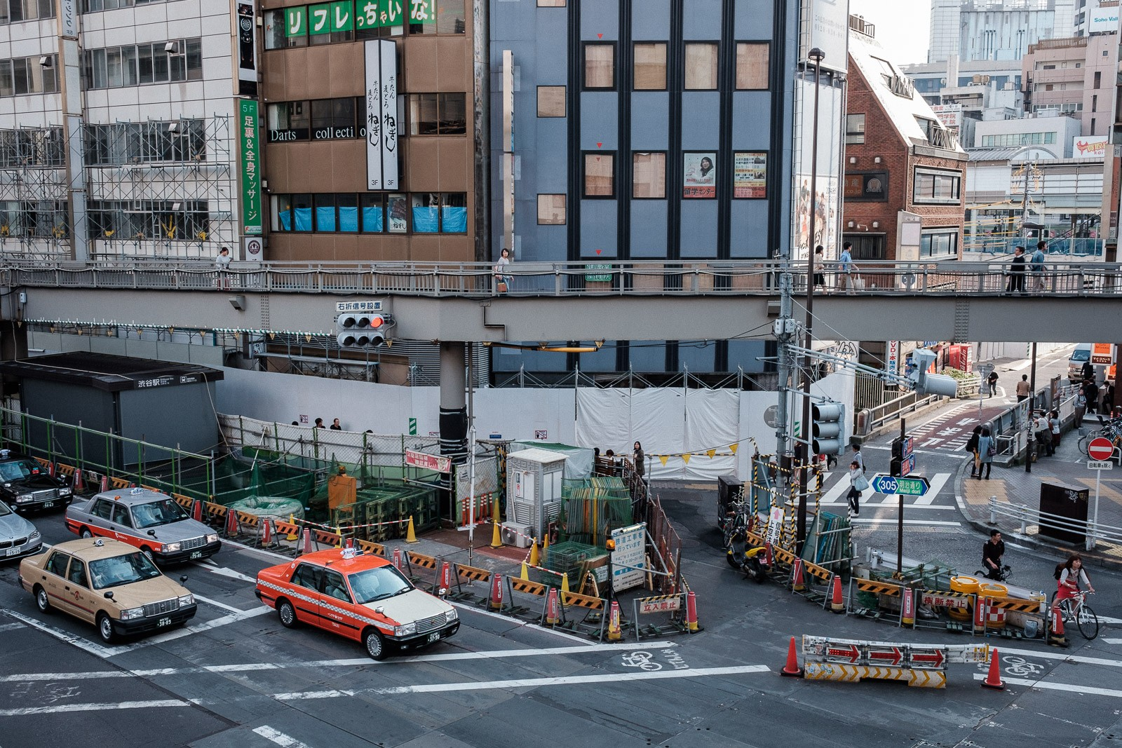 Constructon site and taxis in Tokyo